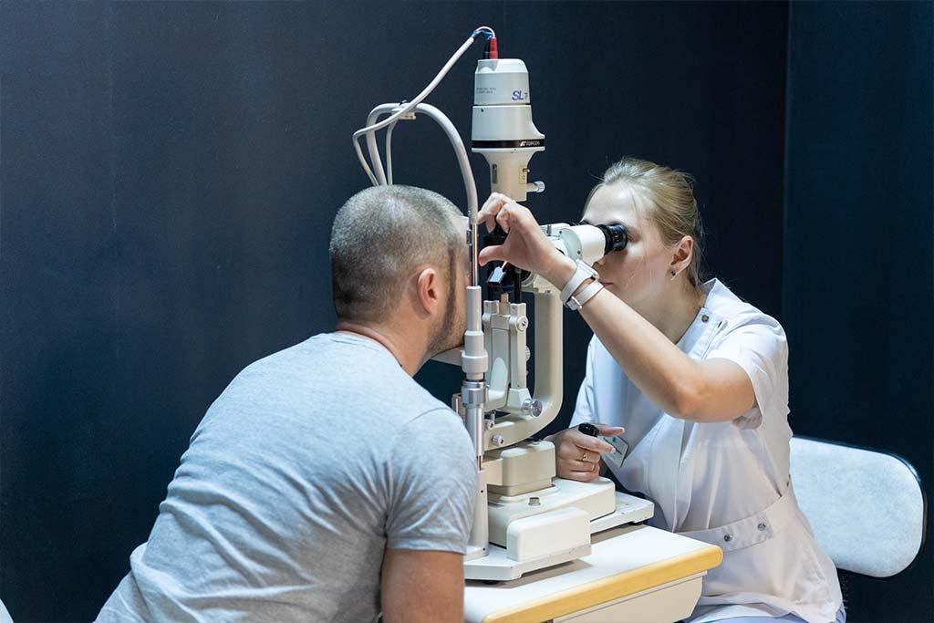 Резкое падение зрения может быть симптомом серьезной патологии, которую может определить только врач.